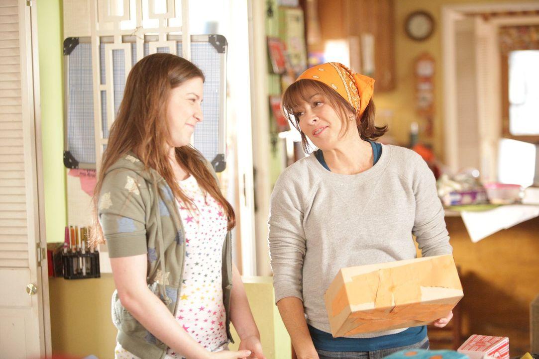 Um etwas Ordnung in das Chaos des Heck Haushalts zu bringen, ordnet Frankie (Patricia Heaton, r.) eine große Ausmist- und Aufräumaktion an. Und dass... - Bildquelle: Warner Brothers
