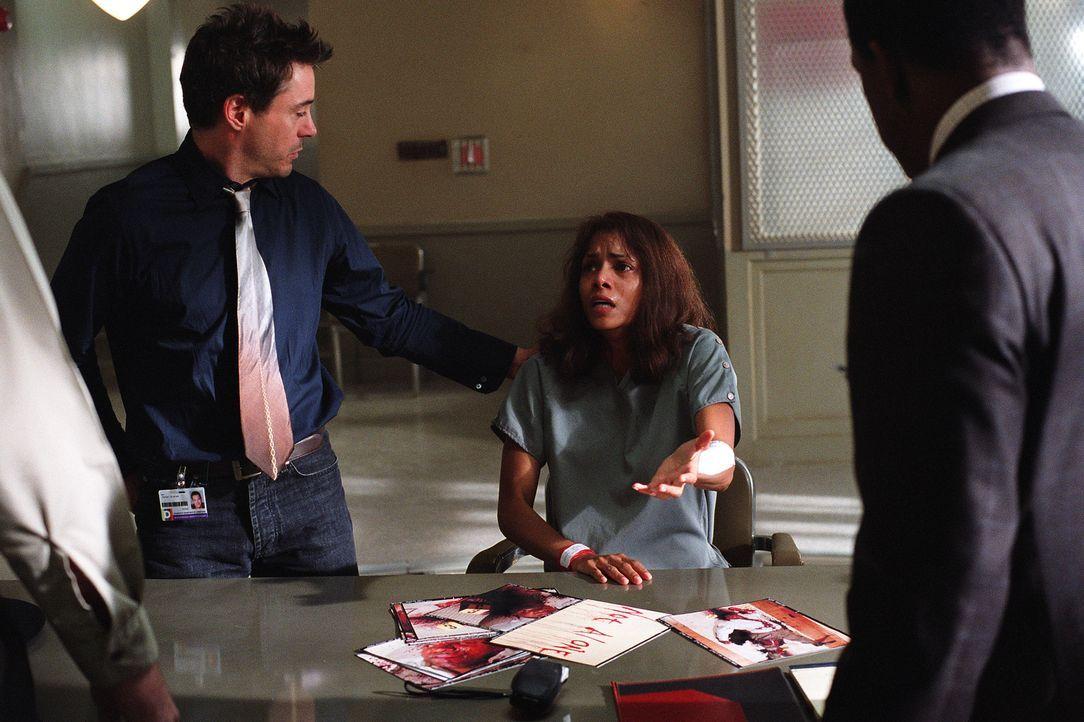 Ihr Kollege Pete Graham (Robert Downey jr., l.) weiß nicht, was er glauben soll: Hat Psychologin Miranda Grey (Halle Berry, r.) ihren Gatten ermorde... - Bildquelle: 2004 Sony Pictures Television International. All Rights Reserved.