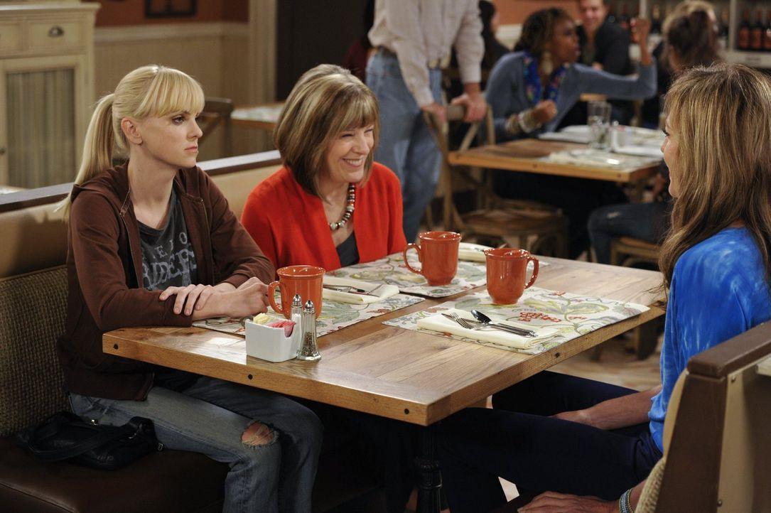 Christy (Anna Faris, l.) hat sich mit Marjorie (Mimi Kennedy, M.) verabredet, um sich von ihr ein paar hilfreiche Beziehungstipps geben zu lassen -... - Bildquelle: Warner Brothers Entertainment Inc.