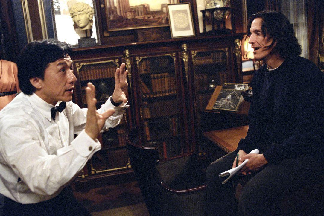 Regisseur Kevin Donovan (r.) und sein Hauptdarsteller Jackie Chan (l.) während einer Drehpause ... - Bildquelle: TM &   2002 DreamWorks LLC. All Rights Reserved