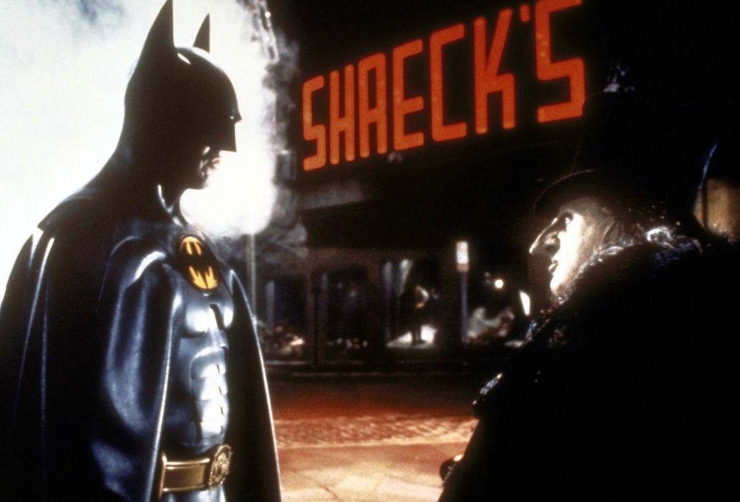 """Batman (Michael Keaton, l.) versucht, die verbrecherischen Pläne des """"Pinguin"""" (Danny De Vito, r.) zu durchkreuzen ... - Bildquelle: Warner Bros."""