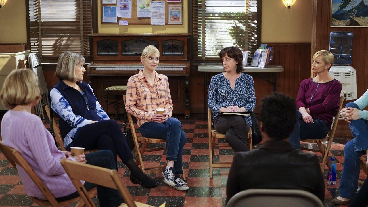 Christy (Anna Faris, 3.v.l.) beklagt sich bei Marjorie (Mimi Kennedy, 2.v.l.), Wendy (Beth Hall, 2.v.r.), Jill (Jaime Pressly, r.) und den anderen M... - Bildquelle: 2015 Warner Bros. Entertainment, Inc.