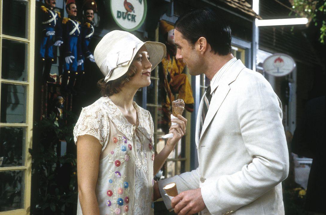 Sommer 1924, der Romanheld (Luke Wilson, r.) verliebt sich unsterblich in eine reiche Society Schönheit und beginnt mit ihr eine stürmische Affäre.... - Bildquelle: Warner Brothers Entertainment Inc.