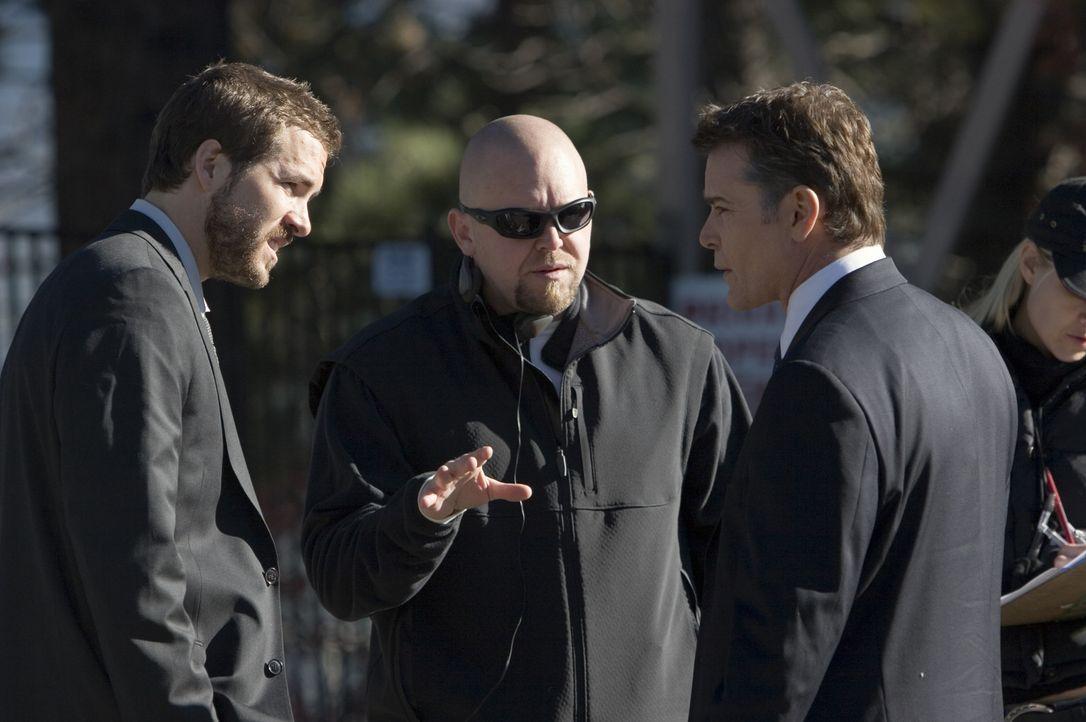 Regisseur und Drehbuchautor Joe Carnahan (M.) bespricht mit Ray Liotta (r.) und Ryan Reynolds (l.) die nächste Szene. - Bildquelle: 2006 Universal Studios. All Rights Reserved.