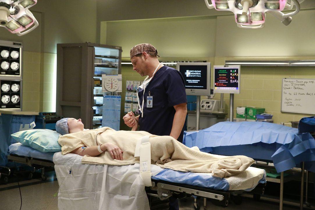 Owen und Nathan müssen zusammenarbeiten, was natürlich zu Problemen führt, während Alex (Justin Chambers, r.) sich um Maya (Samantha Isler, l.) kümm... - Bildquelle: Michael Hassan ABC Studios