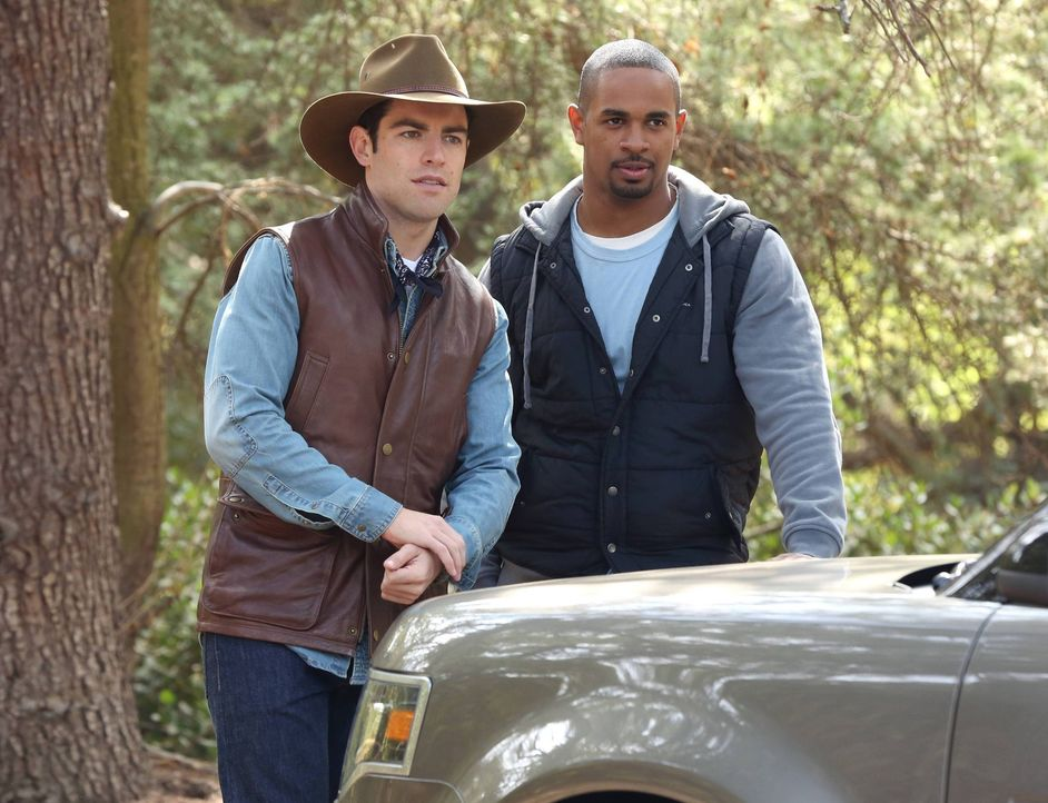 "Aus dem ""Thanksgiving-Campingtrip"" der Clique wird ein verbissener Konkurrenzkampf zwischen Coach (Damon Wayan Jr., r.) und Schmidt (Max Greenfield,... - Bildquelle: 2013 Twentieth Century Fox Film Corporation. All rights reserved."