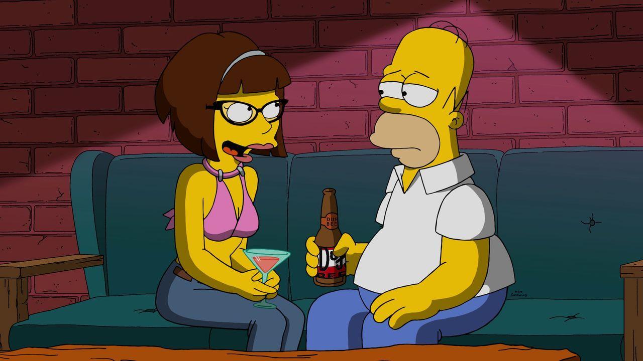 Was ist nur in Homer (r.) gefahren, als er zu einem Date mit der verrückten jungen Apothekerin Candace (l.) geht? - Bildquelle: 2015 Fox and its related entities.  All rights reserved.