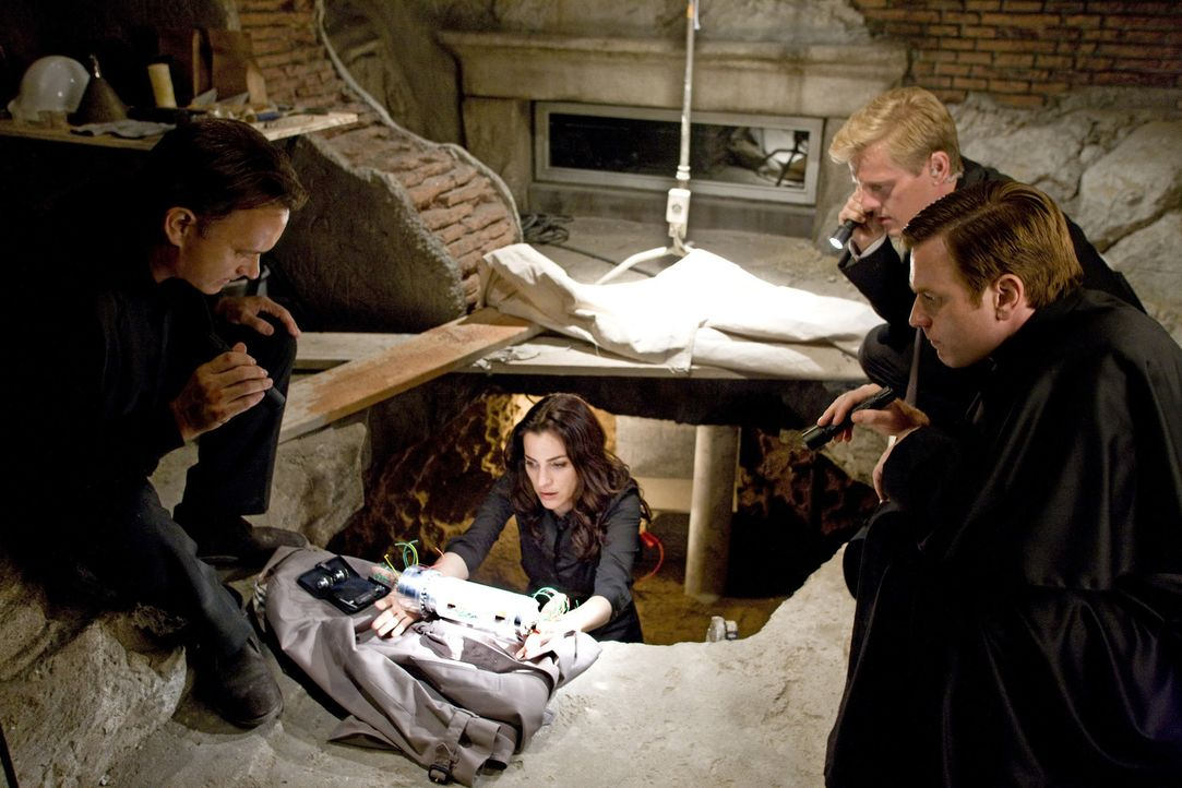 Endlich gelingt es Robert Langdon (Tom Hanks, l.), Vittoria Vetra (Ayelet Zurer, 2.v.l.), Gardist Chartrand (Thure Lindhart, 2.v.r.) und Camerlengo... - Bildquelle: 2009 Columbia Pictures Industries, Inc. All Rights Reserved.