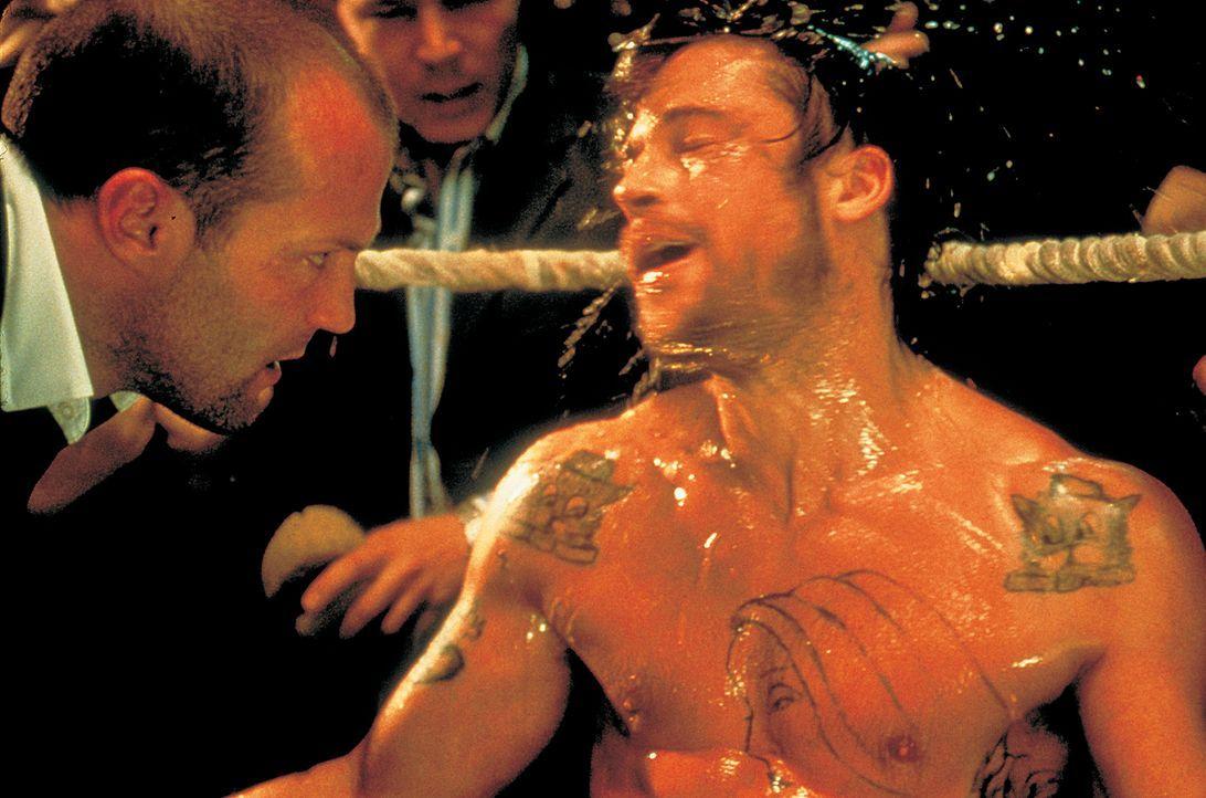 Schließen einen Deal, den beide Seiten nicht gedenken, einzuhalten: Mickey (Brad Pitt, r.) und Turkish (Jason Statham, l.) ... - Bildquelle: 2003 Sony Pictures Television International. All Rights Reserved.