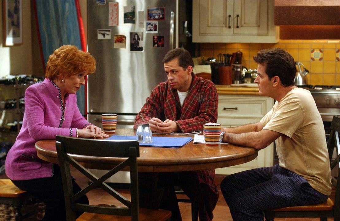 Eines Tages verlangen Alan (Jon Cryer, M.) und Charlie (Charlie Sheen , r.) von Bill, dass er Evelyn (Holland Taylor, l.) die Wahrheit über seine V... - Bildquelle: Warner Brothers Entertainment Inc.