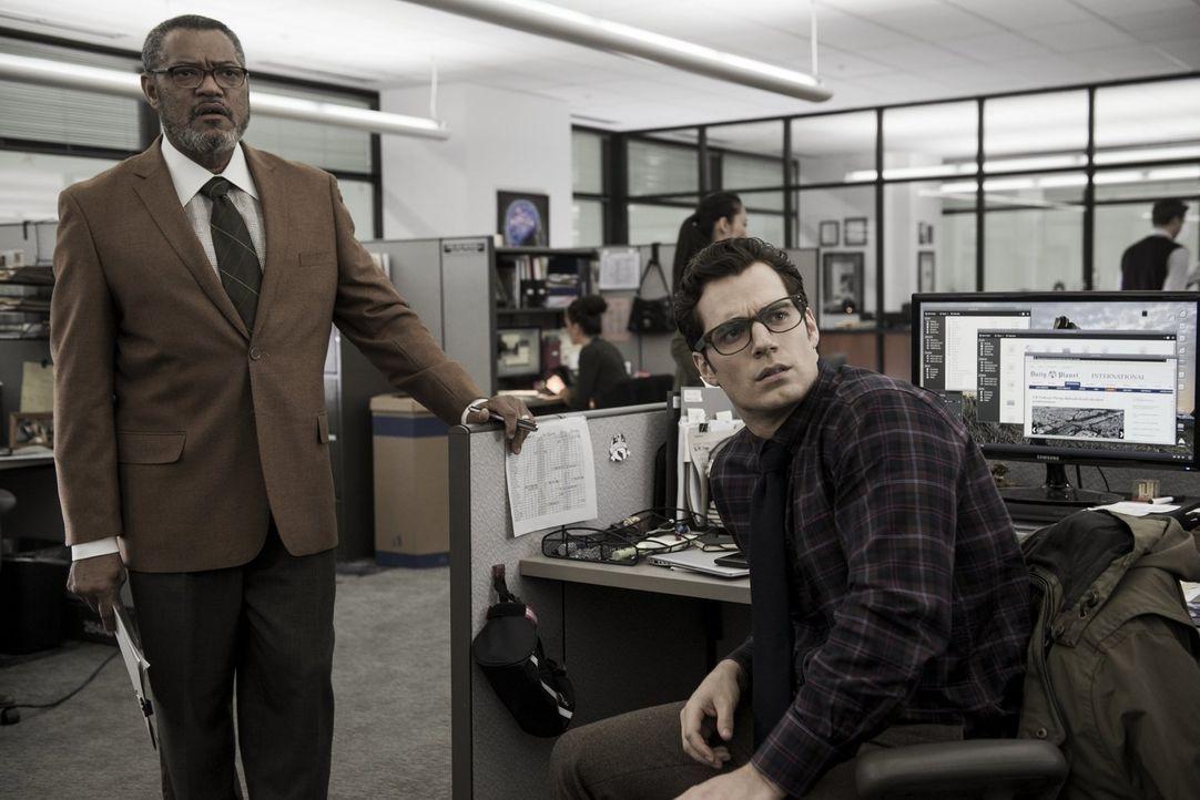 Noch ahnen Perry White (Laurence Fishburne, l.) und der Reporter Clark Kent (Henry Cavill, r.) nicht, welche böse Macht schon bald für Angst und Sch... - Bildquelle: Warner Bros.