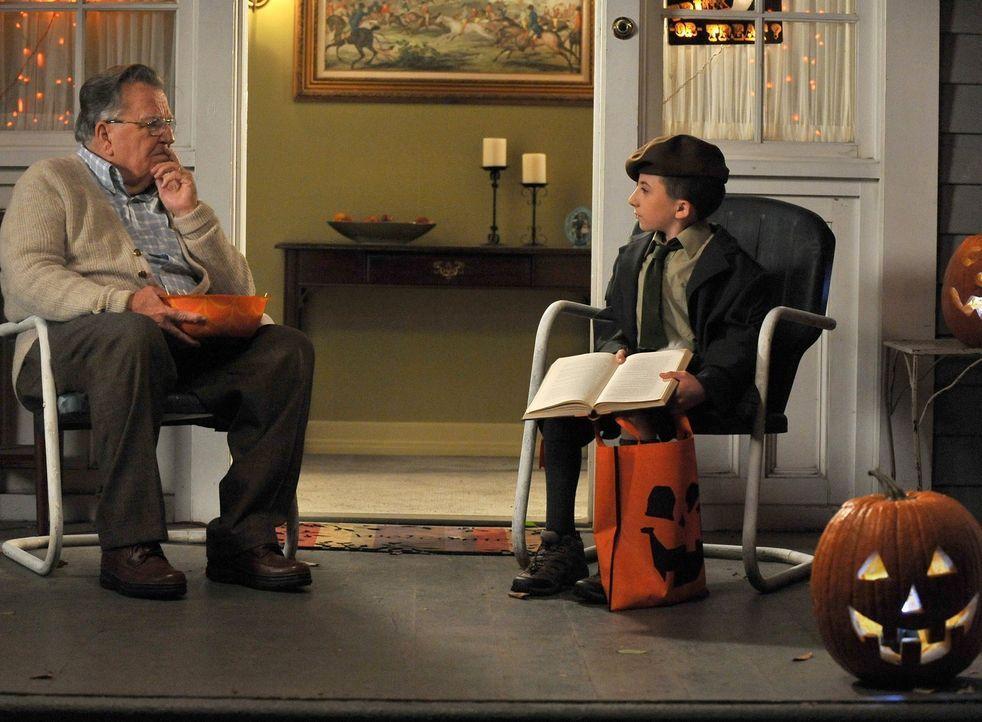 Auch Mr. Johnson (Terrence Beasor, l.) kommt nicht dahinter, was Bricks (Atticus Shaffer, r.) Kostüm eigentlich darstellen soll ... - Bildquelle: Warner Brothers