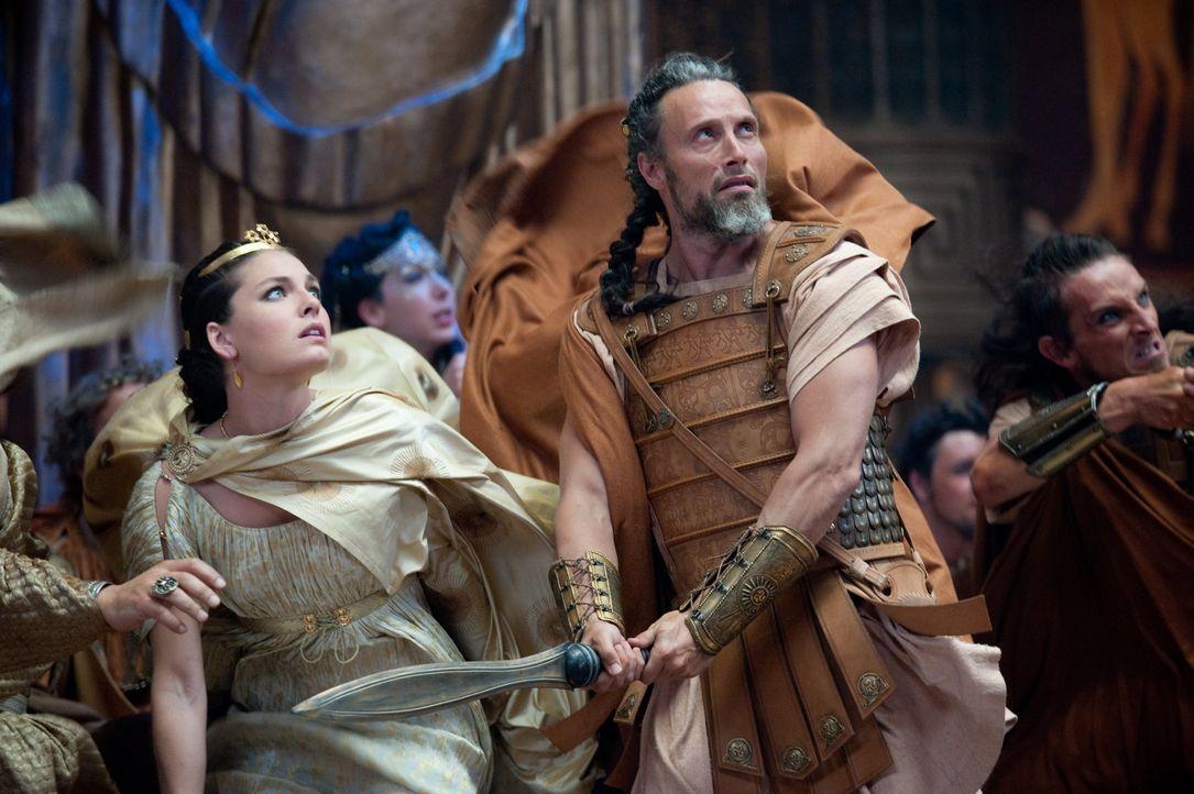 Draco (Mads Mikkelsen, 2.v.r.) versucht verzweifelt, das Leben der Prinzessin Andromeda (Alexa Davals, l.) zu schützen, doch Hades hat ihren Tod zur... - Bildquelle: 2010 Warner Bros.