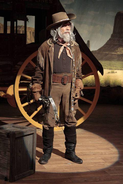 Bei Outdoor Man wird zum Buffalo Bill-Tag eine Wild West Show inszeniert, bei der die Mitarbeiter als Darsteller fungieren. Ed (Hector Elizondo) übe... - Bildquelle: 2011 Twentieth Century Fox Film Corporation