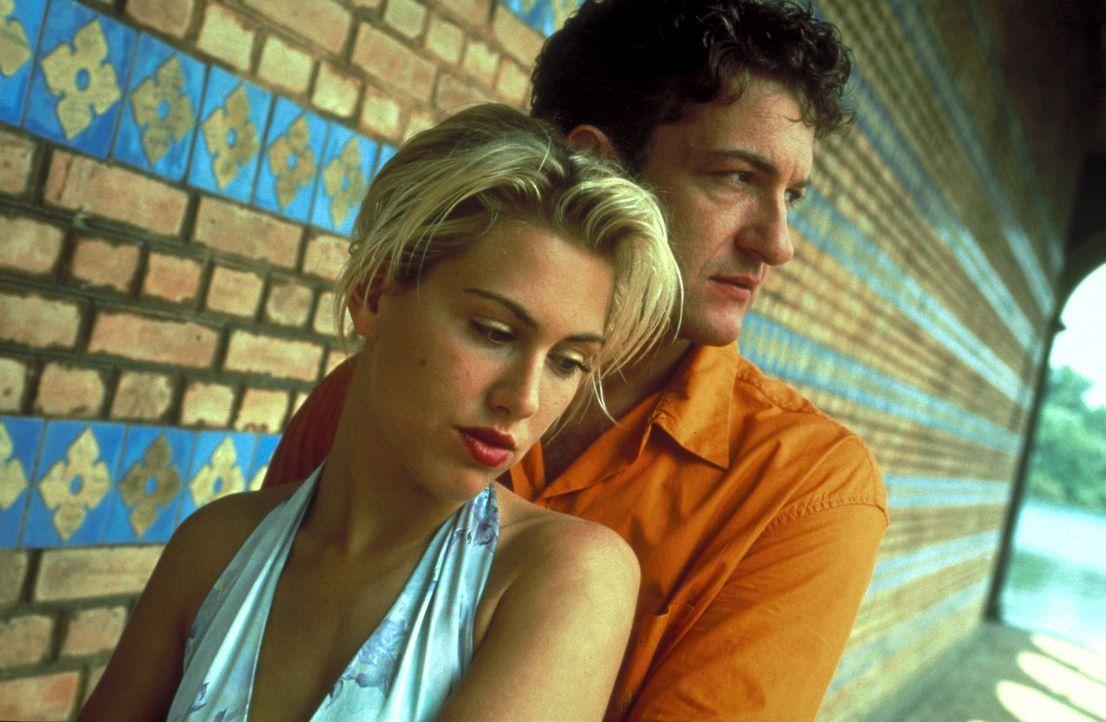 Gregor (Dominic Raacke, r.) ahnt nicht, dass sich Conny (Gruschenka Stevens, l.) in gefährlichen erotischen Phantasien bewegt ... - Bildquelle: ProSieben/Klausmann
