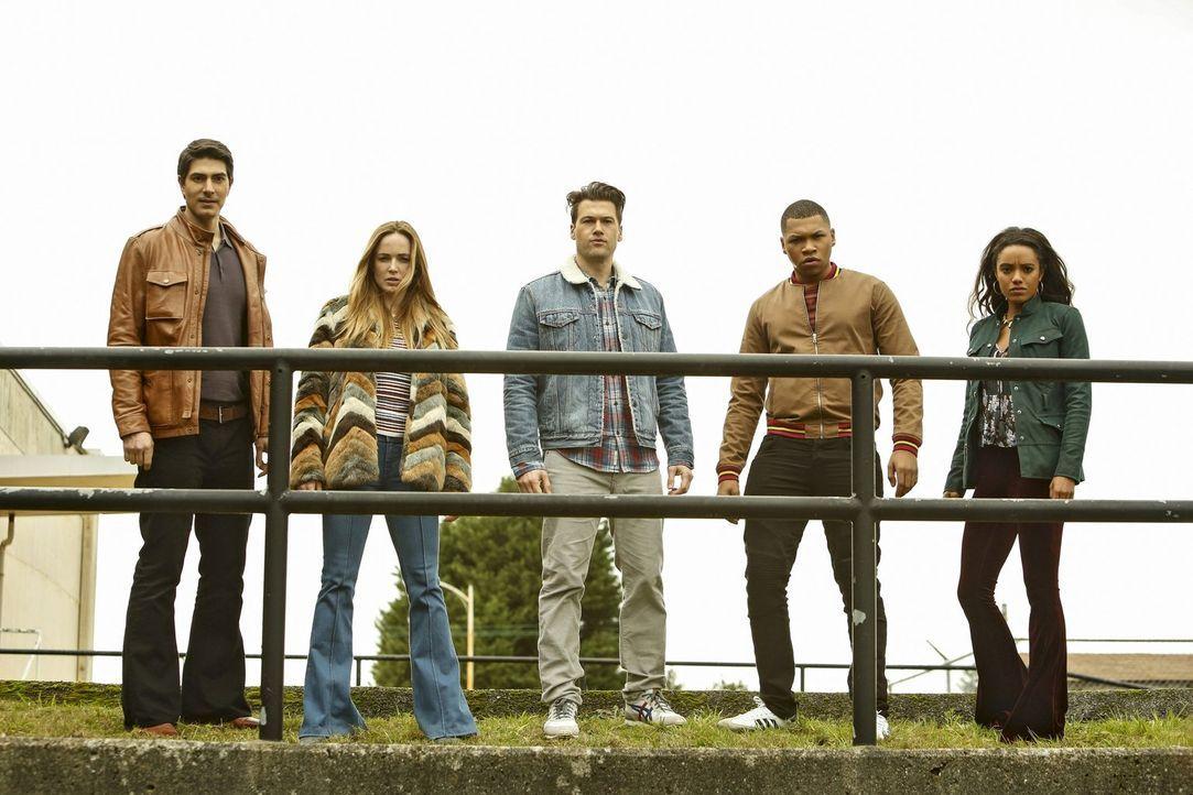 Ein großes Zeitbeben bringt (v.l.n.r.) Ray (Brandon Routh), Sara (Caity Lotz), Nate (Nick Zano), Jefferson (Franz Drameh) und Amaya (Maisie Richards... - Bildquelle: Warner Brothers