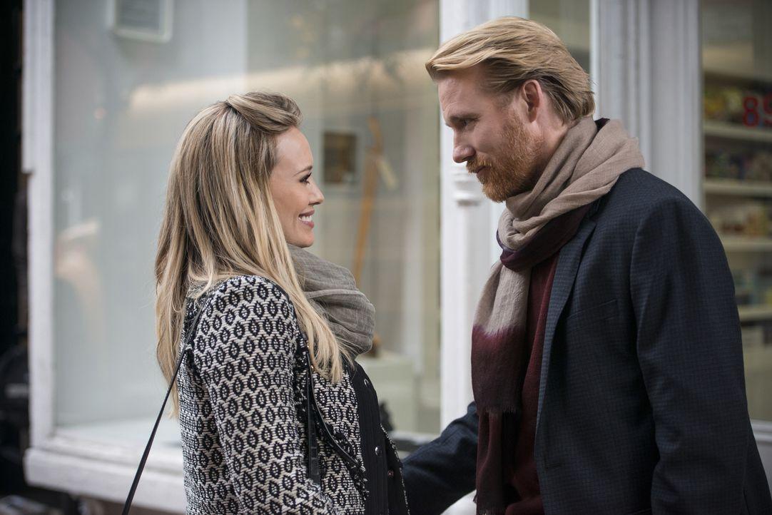 Kelsey (Hilary Duff, l.) lässt die Grenze zwischen Berufs- und Privatleben immer mehr verschwimmen und lässt sich auf den Autor Anton (Thorbjørn Har... - Bildquelle: Hudson Street Productions Inc 2015
