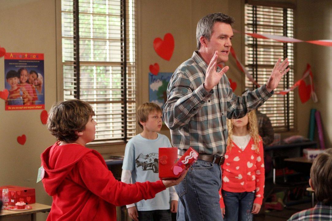 Mike (Neil Flynn) verplappert sich bei der Mutter von Bricks neuem Schwarm und plötzlich weiß die ganze Klasse über Bricks Gefühle Bescheid ... - Bildquelle: Warner Brothers