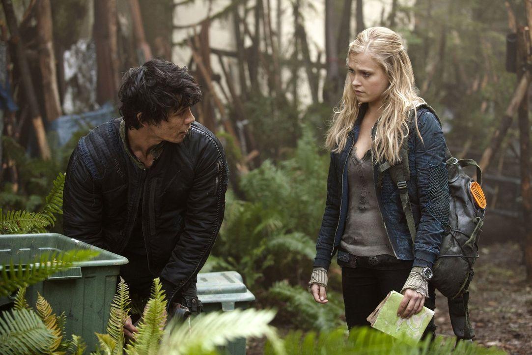 Als Bellamy (Bob Morley, l.) und Clarke (Eliza Taylor, r.) sich auf die Suche nach einer Basisstation aus früheren Tagen machen, werden sie plötzlic... - Bildquelle: Warner Brothers