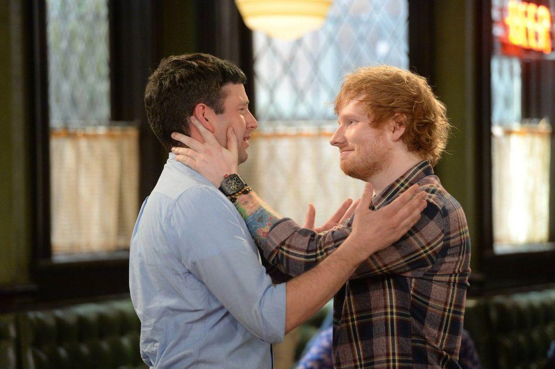 Ein großer Fehler: Justin (Brent Morin, l.) hat Ed Sheeran (r.) aus seiner Bar geworfen, da er nicht wusste, wer dieser ist. Doch kann er das wieder... - Bildquelle: Warner Brothers