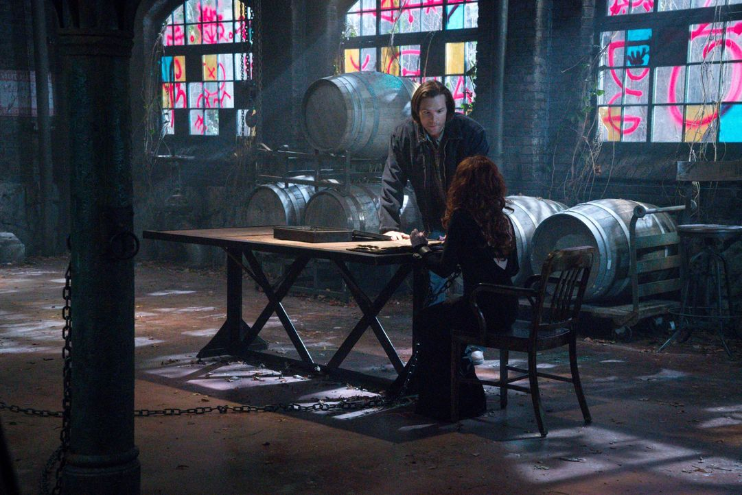 Rowena (Ruth Connell, r.) zwingt Sam (Jared Padalecki, l.), seinen Teil des Deals zu erfüllen, bevor sie sich an die Übersetzung des Buches macht. W... - Bildquelle: 2016 Warner Brothers