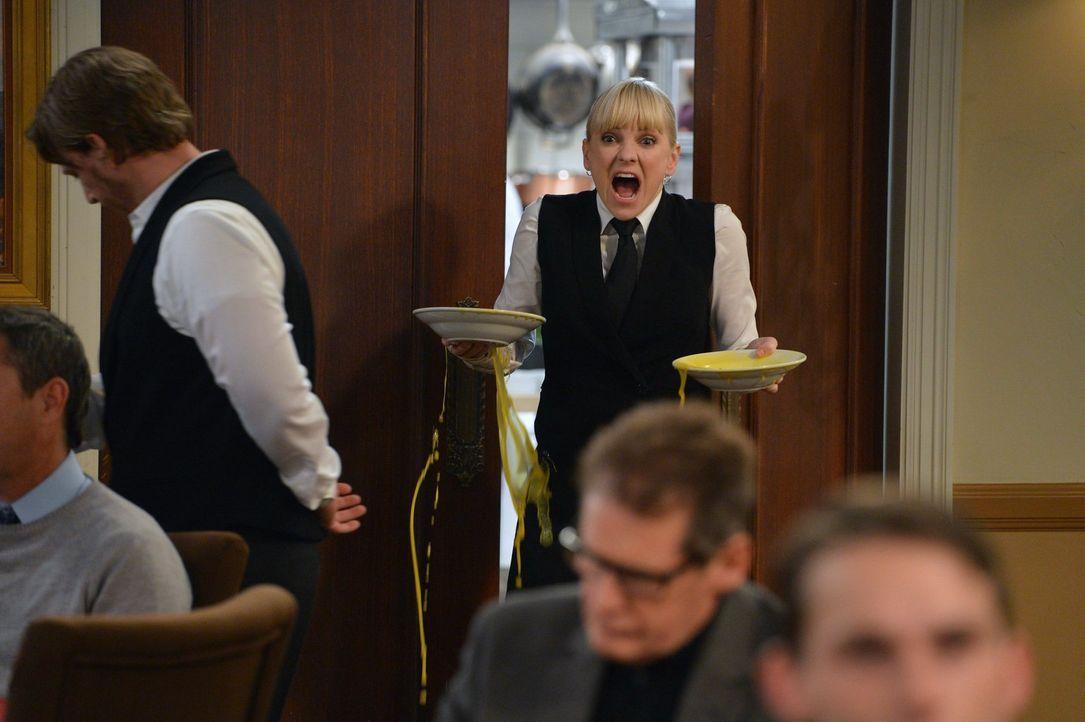 Der ganz normale Wahnsinn: Christys (Anna Faris) Job als Kellnerin in einem Schicki-Micki-Restaurant ... - Bildquelle: Warner Brothers Entertainment Inc.