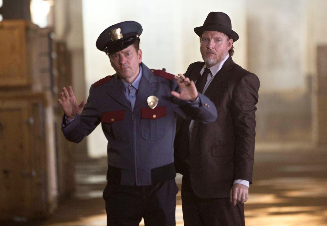 Harvey Bullock (Donal Logue, r.) und James Gordon sind dem Menschenhändlerring auf die Schliche gekommen. Doch haben sie mit Doug (Frank Whaley, l.)... - Bildquelle: Warner Bros. Entertainment, Inc.