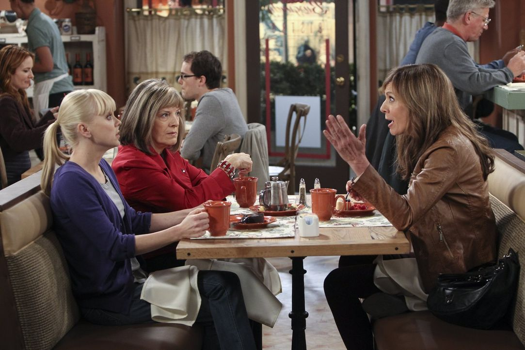 Marjorie (Mimi Kennedy, 2.v.l.) macht Christy (Anna Faris, l.) und Bonnie (Allison Janney, r.) die furchtbare Eröffnung, dass sie Brustkrebs hat. Na... - Bildquelle: Warner Brothers Entertainment Inc.