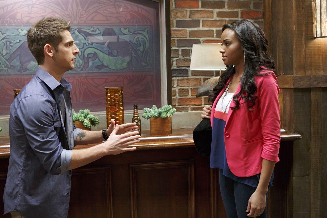 Während Ben (Jean-Luc Bilodeau, l.) Probleme mit Vanessa (Meagan Tandy, r.) hat, möchte Danny, Riley mit seinem neuen Teamkameraden Gerard zu verkup... - Bildquelle: Bruce Birmelin ABC Family