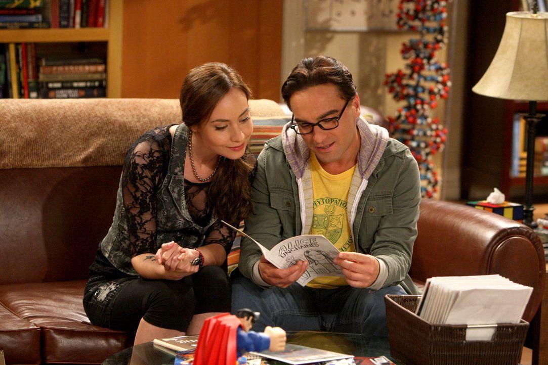Die süße Comic-Buch Künstlerin Alice (Courtney Ford, l.) stellt die Beziehung von Leonard (Johnny Galecki, r.) und Priya auf eine harte Probe ... - Bildquelle: Warner Bros. Television