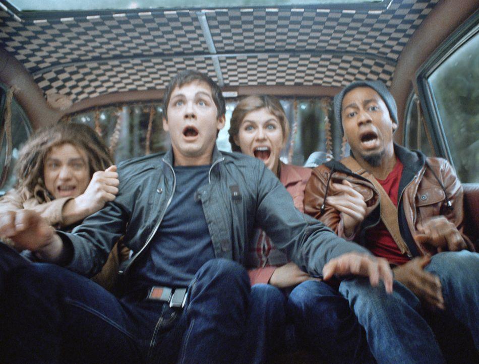 Zusammen mit seinen Freunden Annabeth (Alexandra Daddario, 2.v.r.), Grover (Brandon T. Jackson, r.) und Halbbruder Tyson (Douglas Smith, l.) bricht... - Bildquelle: 2013 Twentieth Century Fox Film Corporation.  All rights reserved.