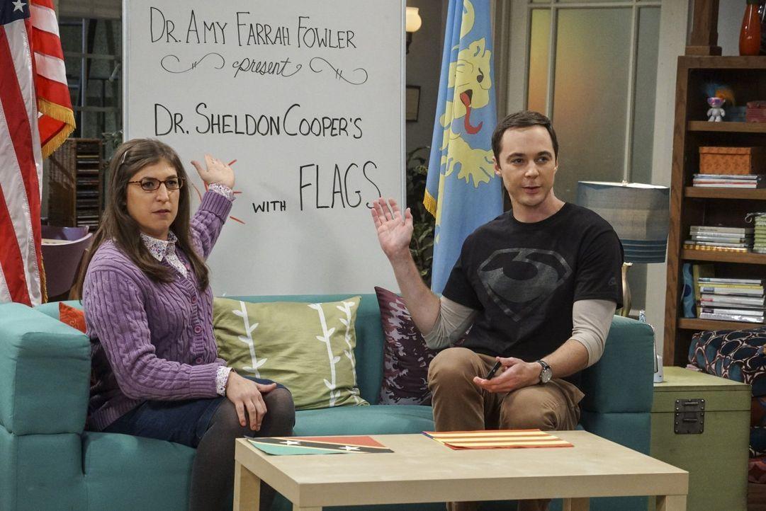 """Sheldon (Jim Parsons, r.) und Amy (Mayim Bialik, l.) müssen die aktuelle YouTube Folge """"Fun with Flags"""" in Pennys Wohnung aufzeichnen, da Amys Apart... - Bildquelle: 2016 Warner Brothers"""