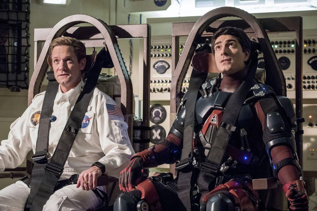 Während Eobard Thawne (Matt Letscher, l.) und Ray alias The Atom (Brandon Routh, r.) im Weltraum mit einigen Problemen zu kämpfen haben, müssen die... - Bildquelle: Warner Brothers