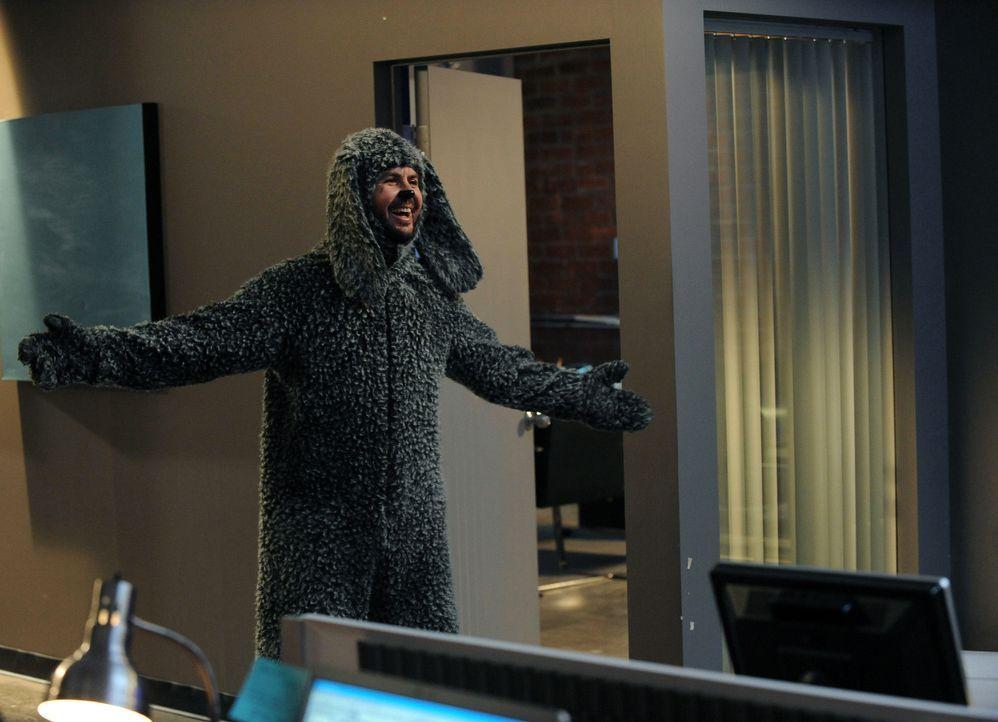 Mit allen Mitteln versucht Wilfred (Jason Gann) dem Image des Bürohundes gerecht zu werden. Doch alles was er schafft, ist den Mitarbeitern auf die... - Bildquelle: 2011 FX Networks, LLC. All rights reserved.