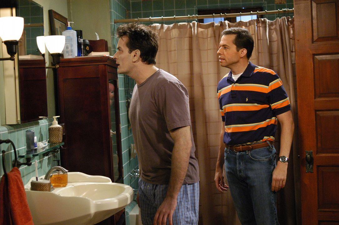 Sind verzweifelt: Charlie (Charlie Sheen, l.) und Alan (Jon Cryer, r.) ... - Bildquelle: Warner Brothers Entertainment Inc.
