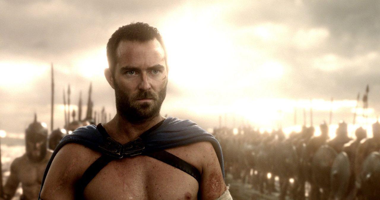 Dem tapferen Krieger Themistokles (Sullivan Stapleton) gelingt es, durch geschicktes agieren, in der Schlacht von Marathon den König der Perser zu t... - Bildquelle: 2014 Warner Bros. Entertainment, Inc.