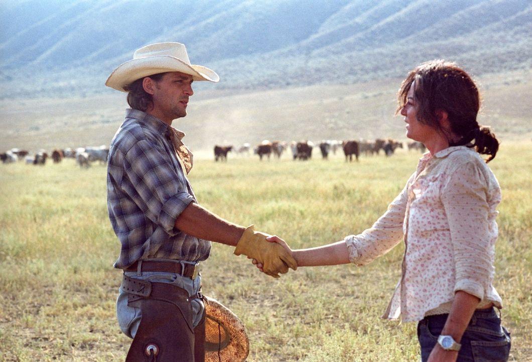 Katharina (Natalia Wörner, r.) macht sich mit Chef-Cowboy Greg O'Neil (Robert Seeliger, l.) bekannt. Der erfahrene Cowboy ist von der Anwesenheit d... - Bildquelle: Sat.1