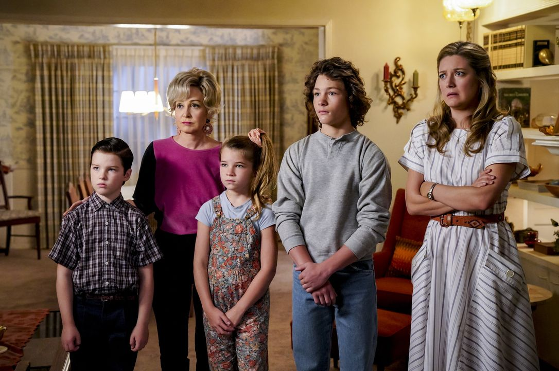 (v.l.n.r.) Sheldon (Iain Armitage); Meemaw (Annie Potts); Missy (Raegan Revord); Georgie (Montana Jordan); Mary (Zoe Perry) - Bildquelle: Bill Inoshita 2018 CBS Broadcasting, Inc. All Rights Reserved./Bill Inoshita