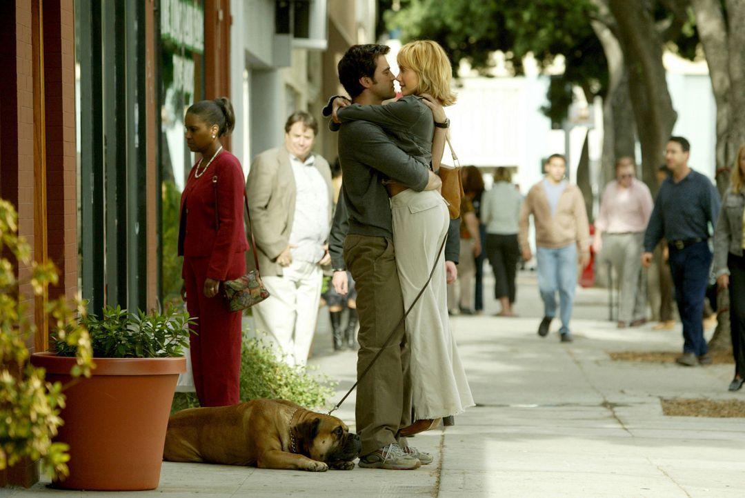 Als sich Stacys (Brittany Murphy, r.) Freund Derek (Ron Livingston, l.), weigert, über seine Beziehungsvergangenheit zu sprechen, ermutigt Barb Sta... - Bildquelle: Sony 2007 CPT Holdings, Inc.  All Rights Reserved.
