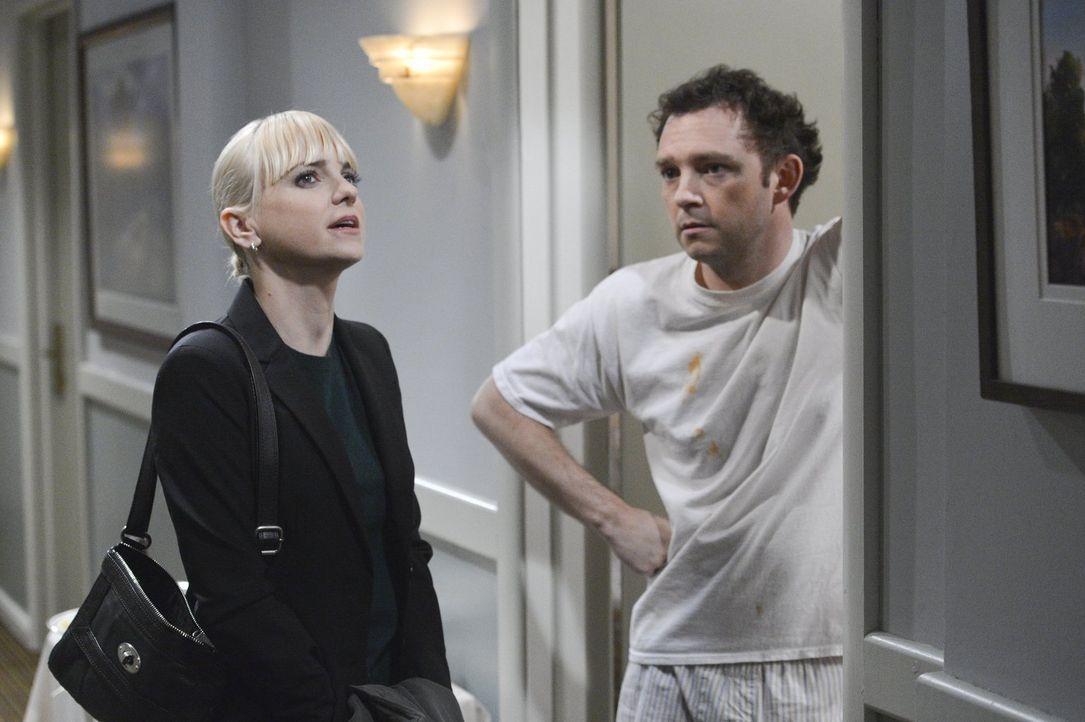 Ihr Chef Gabriel (Nate Corddry, r.) befördert Christy (Anna Faris, l.). Doch die neue Stelle bringt Tücken mit sich ... - Bildquelle: Warner Bros. Television