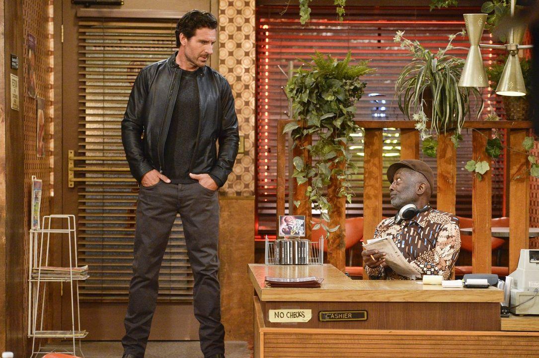 Randy (Ed Quinn, l.) erkundigt sich bei Earl (Garrett Morris, r.) nach Max, denn er will mit ihr etwas Wichtiges besprechen. Doch Max hat keine Lust... - Bildquelle: 2016 Warner Brothers