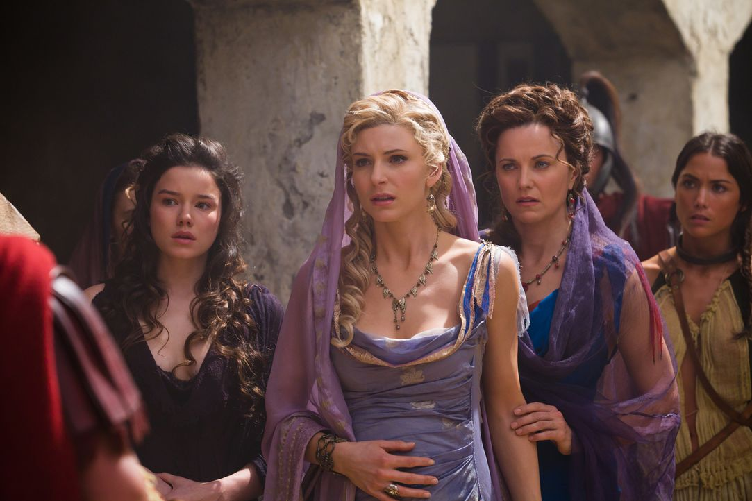 Ilithyia (Viva Bianca, 2.v.l.) und Lucretia (Lucy Lawless, 2.v.r.) können nicht glauben, wie sehr sich der ehemals entscheidungsschwache Praetor Gla... - Bildquelle: 2011 Starz Entertainment, LLC. All rights reserved.