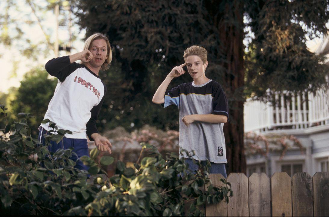 Kaum gelingt es Dickie (David Spade, l.), die Schulschläger, die Sam (Scott Terra, r.) das Leben schwer machen, zu vertreiben, da werden sie auch sc... - Bildquelle: Mark Fellman Paramount Pictures / Mark Fellman