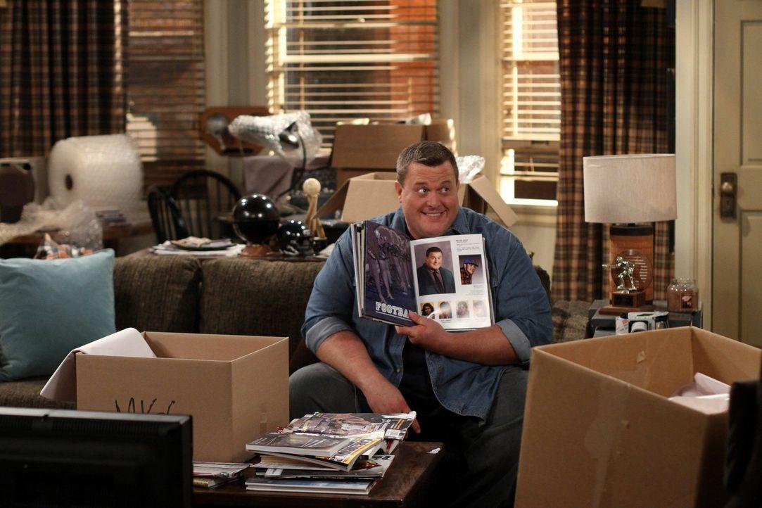 Mike (Billy Gardell) und Molly haben beschlossen, gemeinsam in Mollys Wohnung zu wohnen. Beim Ausräumen entdeckt Mike Sachen, die Molly hässlich fin... - Bildquelle: Warner Brothers