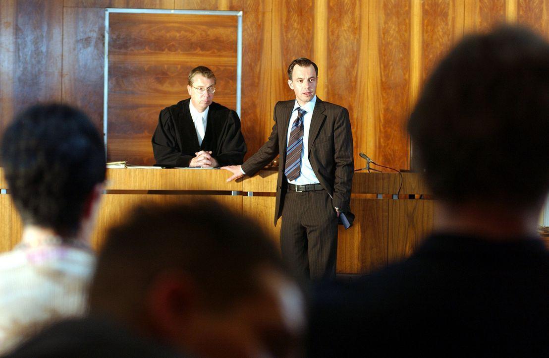 Siegesgewiss geht der begnadete und knallharte Anwalt Tom Kant (Felix Eitner, r.) in seine Gerichtsverfahren. Da beginnt er einen schmierigen und kl... - Bildquelle: Elke Werner ProSieben