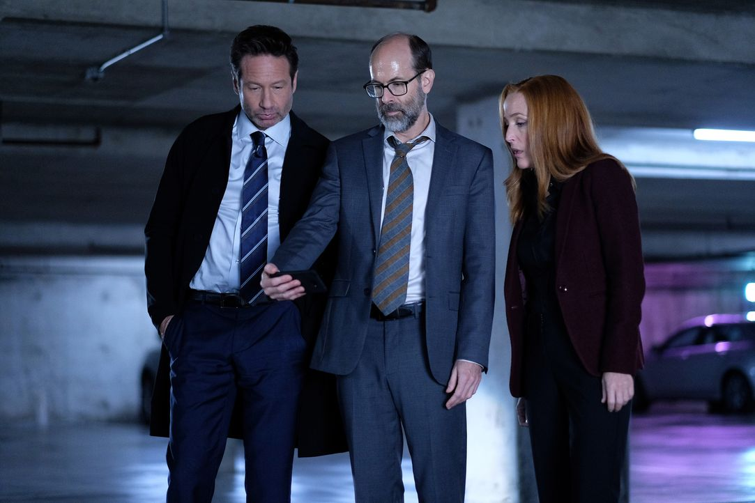 Nachdem Mulder (David Duchovny, l.) und auch Scully (Gillian Anderson, r.) von dem mysteriösen Reggie (Brian Huskey, M.) Hinweise zu ihren geheimen... - Bildquelle: Shane Harvey 2018 Fox and its related entities.  All rights reserved.