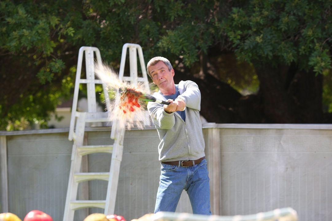 Die Entdeckung eines neuen Ladens, mit seltsam geformtem Gemüse, sorgt bei Mike (Neil Flynn) für Erheiterung ... - Bildquelle: Warner Bros.