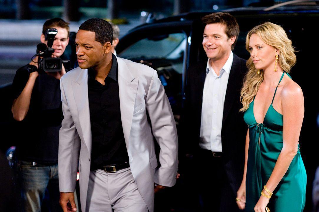 Während der PR-Berater Ray Embrey (Jason Bateman, 2.v.r.) alles versucht, um das Image des Superhelden Hancock (Will Smith, 2.v.l.) positiv zu bese... - Bildquelle: Sony Pictures
