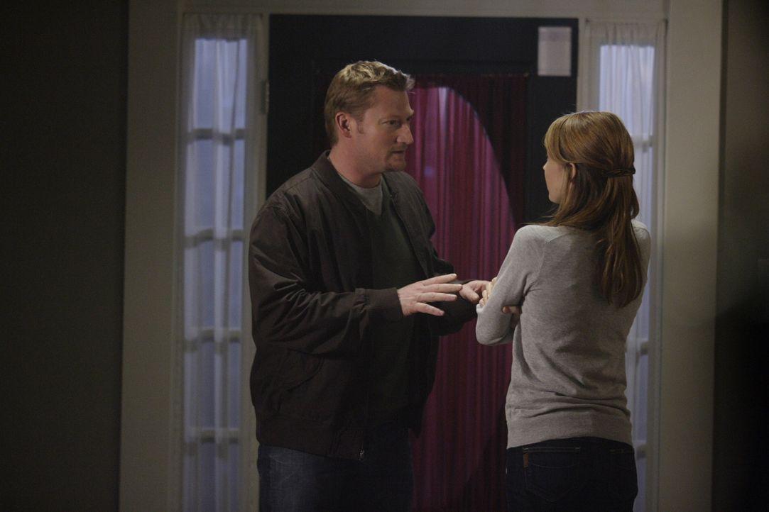 Amelia (Wynn Everett, r.) ahnt nicht, das Roger (Aaron Pearl, l.) nichts Gutes im Schilde führt ... - Bildquelle: Warner Bros. Television