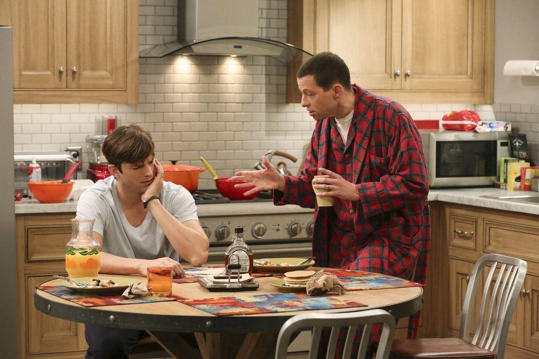 Auf der Suche nach Spielkameraden für ihren Pflegesohn Louis, machen Alan (Jon Cryer, r.) und Walden (Ashton Kutcher, l.) Bekanntschaft mit Danielle... - Bildquelle: Warner Brothers Entertainment Inc.